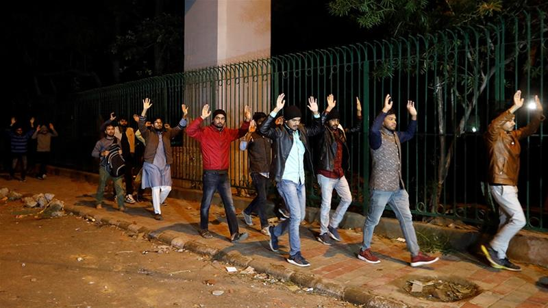 15 دسمبرکو دہلی پولیس کے ذریعے کیمپس سے نکالے گئے جامعہ ملیہ اسلامیہ کے طالب علم(فوٹو: رائٹرس)