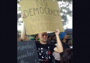 مظاہرہ کے دوران جرمن طالب علم جیکب لنڈینتھل (فوٹو بہ شکریہ ٹوئٹر / @ChintaBAR)