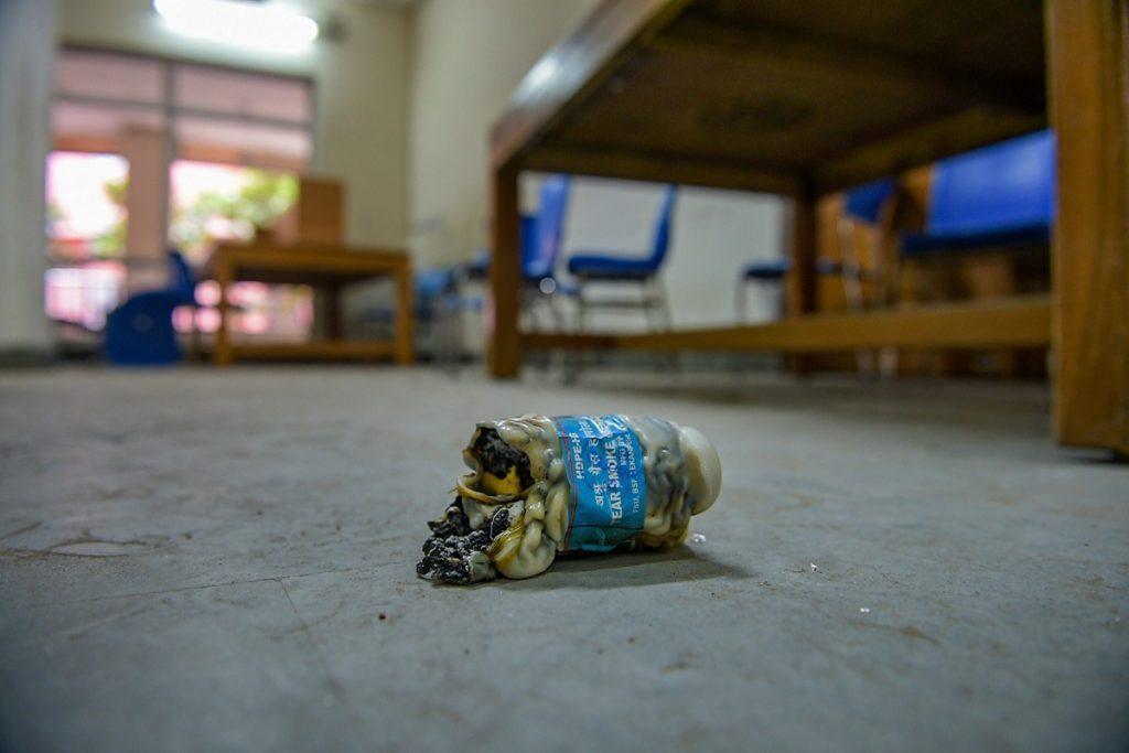 جامعہ میں ہوئے تشدد کے بعد لائبریری میں ملا آنسو گیس کا شیل(فوٹو : پی ٹی آئی)
