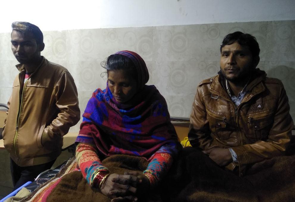 گولی سے زخمی اوم راج سینی کے چچا زاد بھائی سبھاش، ان کی بیوی سدھا دیوی اور ان کے داماد رمیش۔ (فوٹو : دی وائر)