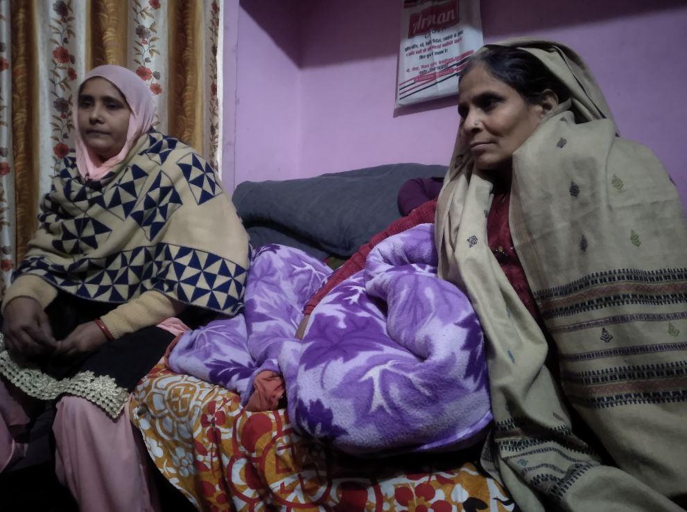 سلیمان کی ماں اکبری خاتون اور ان کی بھابھی نسیمہ خاتون(فوٹو : دی وائر)