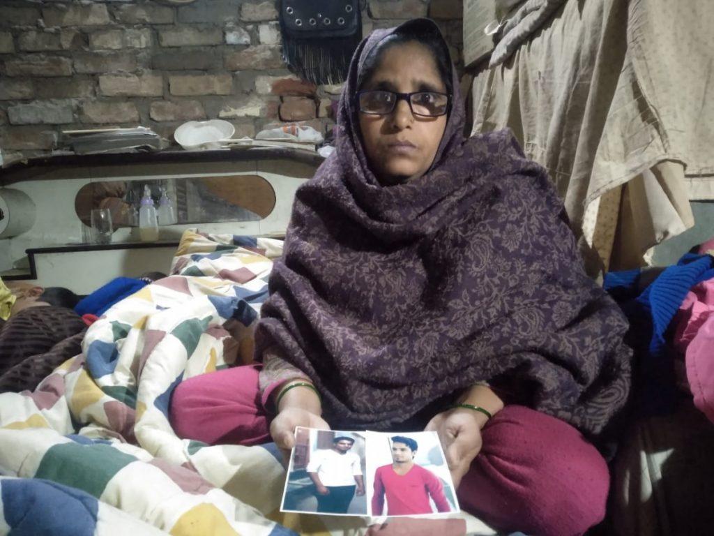 انس کی تصویر دکھاتی ان کی ماں شاہین پروین(فوٹو : دی وائر)