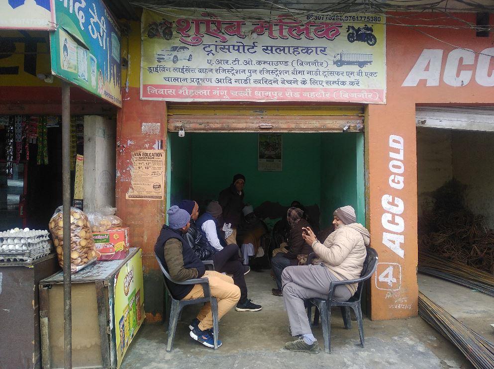 سلیمان کے بھائی شعیب ملک کی دکان پر سلیمان اور انس کے رشتہ دار(فوٹو : دی وائر)