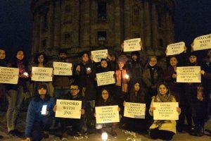 جے این یو میں ہوئے تشدد کی مخالفت میں آکسفورڈیونیورسٹی کے طالبعلموں نے مظاہرہ کیا۔ (فوٹو بشکریہ: ٹوئٹر)