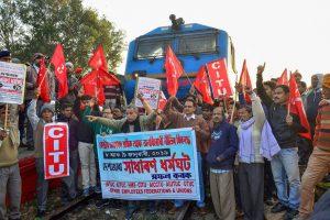 مرکز کی پالیسیوں کے خلاف مظاہرہ کرتے لوگ (فائل فوٹو : پی ٹی آئی)