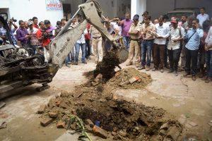 مظفرپور کے ایک سرکاری شیلٹر ہوم میں پولیس اس مقام کی تفتیش کرتی ہوئی، جہاں ایک ریپ متاثرہ کو مبینہ طور پر دفنایا گیا تھا(فائل فوٹو : پی ٹی آئی)