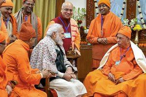بیلور مٹھ کے مہنت سے ملاقات کرتے وزیر اعظم نریندرمودی(فوٹوبہ شکریہ: ٹوئٹر /narendramodi)