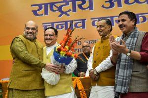بی جے پی کے نئے صدر جے پی نڈا کے ساتھ مرکزی وزیر داخلہ امت شاہ اور مرکزی وزیر رادھاموہن سنگھ (فوٹو : پی ٹی آئی)
