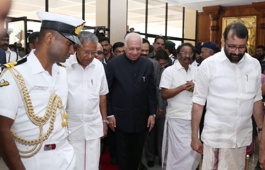 کیرل اسمبلی میں وزیراعلیٰ پنرائی وجین اور گورنر عارف محمد خان(فوٹو: ٹوئٹر /KeralaGovernor)