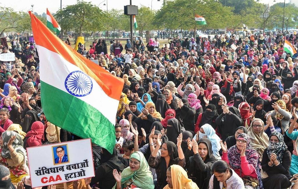 لکھنؤ کے گھنٹا گھر علاقے میں شہریت قانون کے خلاف لگاتار احتجاج اور مظاہرہ جاری ہے۔ (فوٹو: پی ٹی آئی)