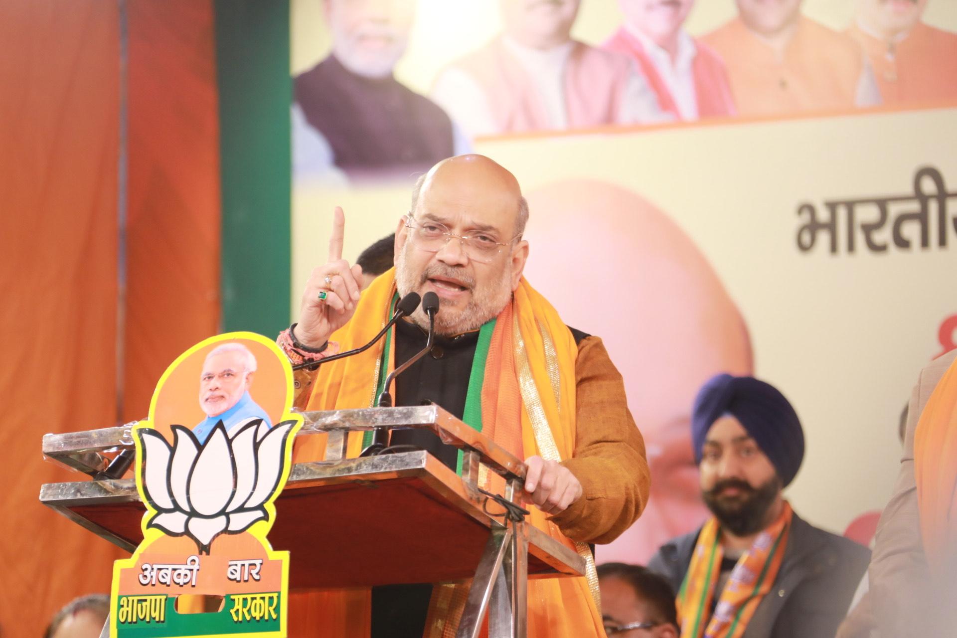 دہلی کے کرشنا نگر انتخابی حلقہ میں انتخابی جلسہ کو خطاب کرتے مرکزی وزیر داخلہ امت شاہ۔ (فوٹو : ٹوئٹر / @BJP4Delhi)