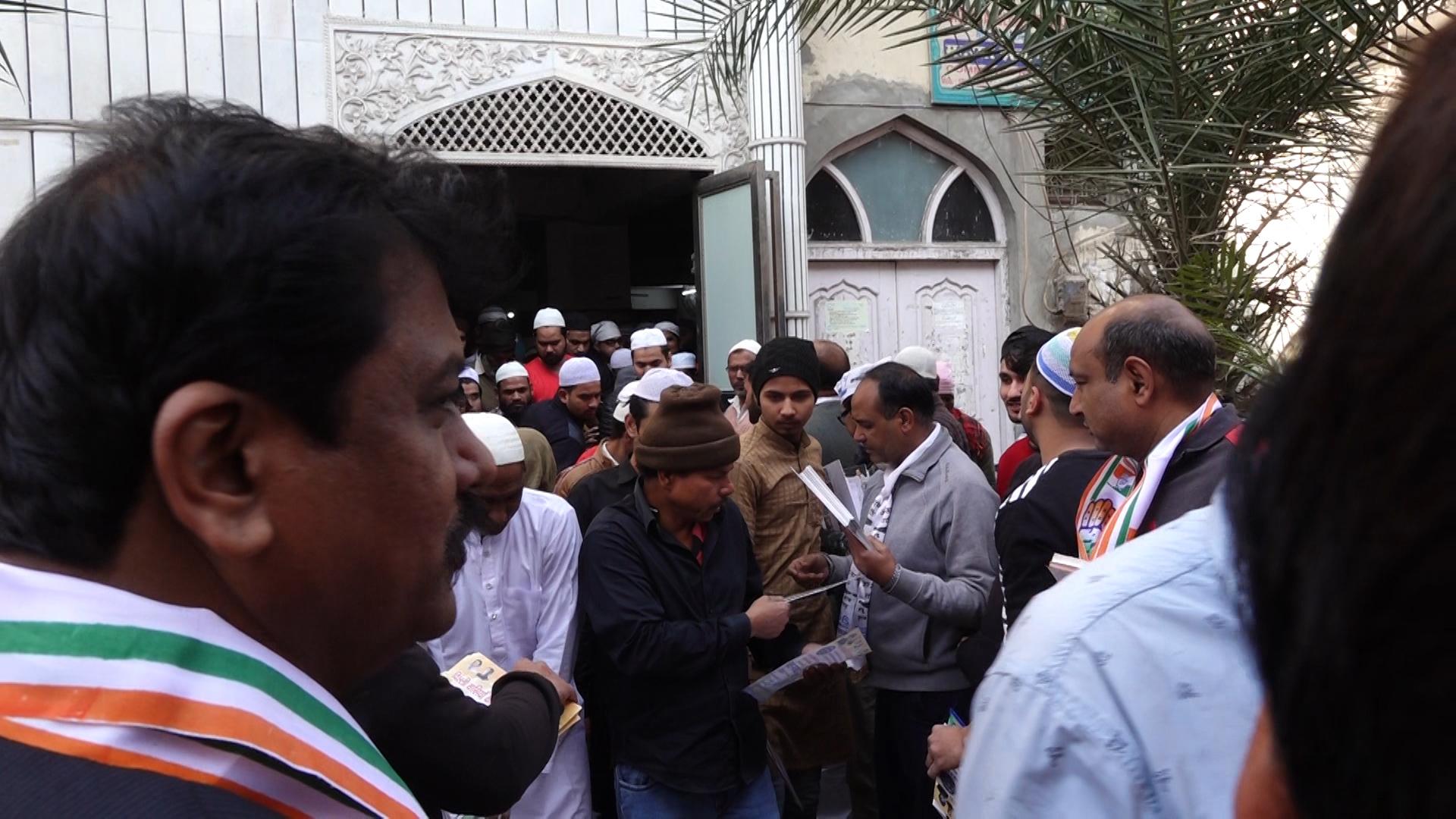 منڈاولی کے ایک مسجد میں عآپ اور کانگریس کارکن پرچہ بانٹتے ہوئے(فوٹو : دی وائر)