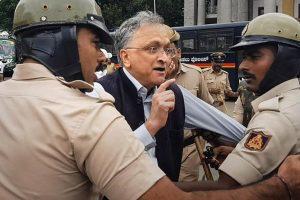 19 دسمبر 2019 کو بنگلور میں سی اے اے کےخلاف مظاہرہ کے دوران مؤرخ رام چندر گہا کو حراست میں لیتی پولیس(فوٹو :پی ٹی آئی)