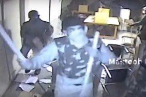 سی سی ٹی وی کیمرہ توڑنے کی کوشش کرتا دکھ رہا پولیس اہلکار۔ (ویڈیوگریب ،بہ شکریہ: مکتوب میڈیا)