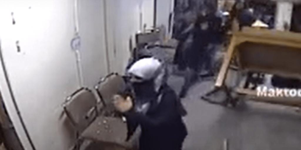 پولیس کے سامنے ہاتھ جوڑتے دکھ رہی طالبہ