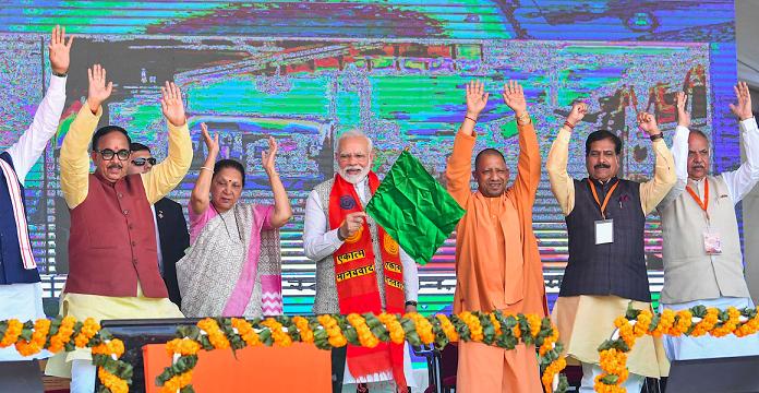 اپنے پارلیامانی حلقہ وارانسی میں مہاکال ایکسپریس کو ہری جھنڈی دکھاتےوزیر اعظم نریندرمودی ، ان کے ساتھ اتر پردیش کی گورنر آنندی بین پٹیل اور وزیراعلیٰ یوگی آدتیہ ناتھ(فوٹو : پی ٹی آئی)