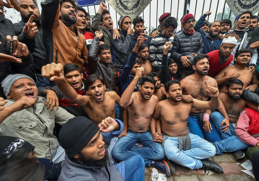 15 دسمبر 2019 کو جامعہ ملیہ اسلامیہ میں ہوئی دہلی پولیس کی کارروائی کے بعد یونیورسٹی گیٹ پر مظاہرہ کرتے طلبا(فوٹو :پی ٹی آئی)