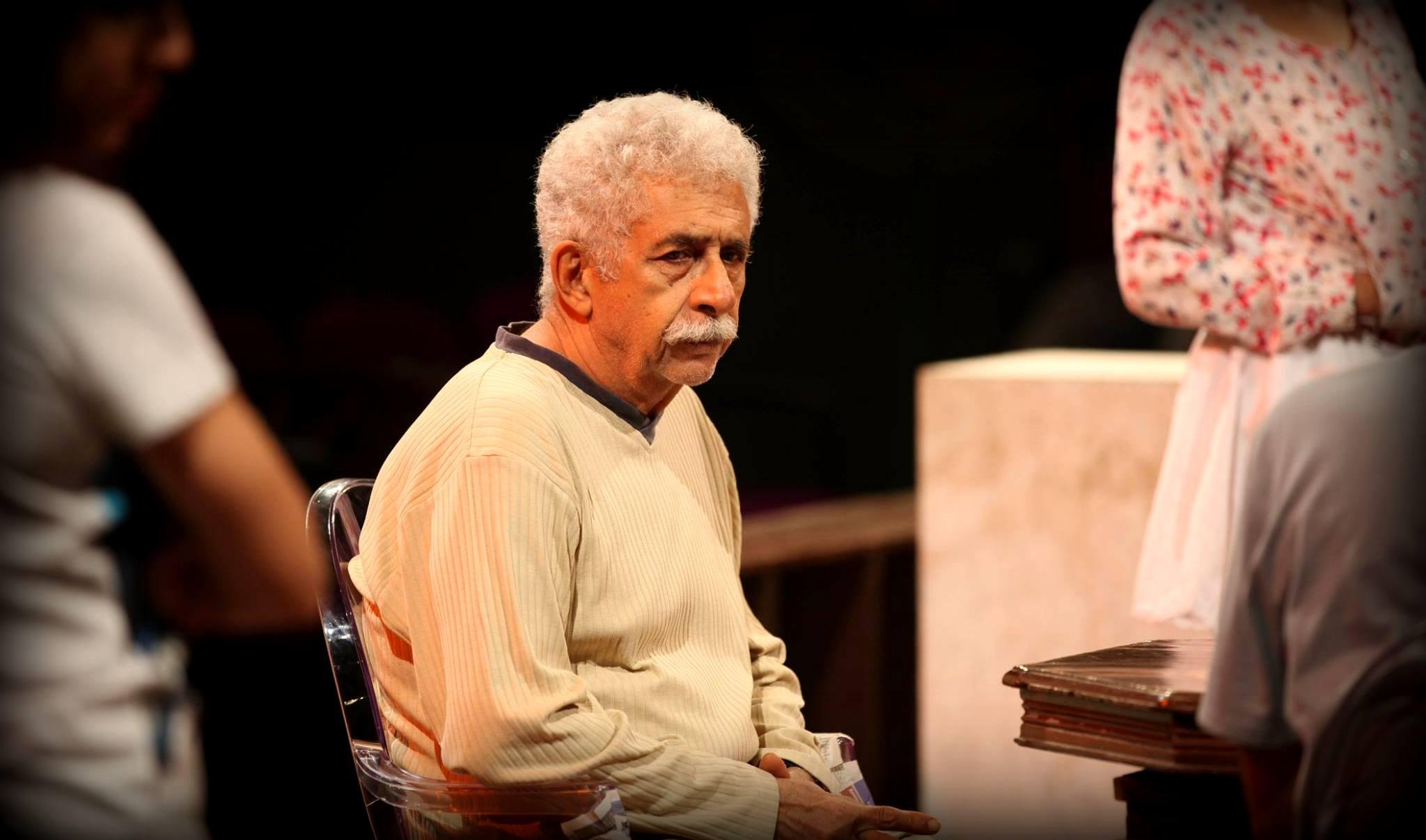 ایک ڈرامے کے دوران نصیرالدین شاہ۔ (فوٹو بہ شکریہ: فیس بک / Motley Theater)