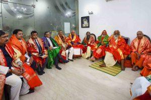 شری رام جنم بھومی تیرتھ شیترکےممبر بدھ کو نئی دہلی میں پہلی میٹنگ کرتے ہوئے۔ (فوٹو : پی ٹی آئی)