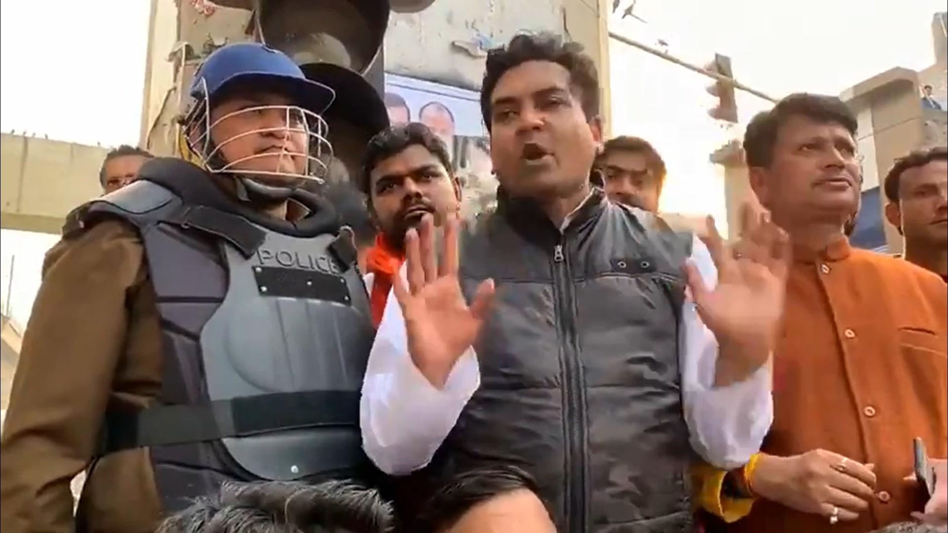 موج پور لال بتی کے قریب ڈی سی پی(نارتھ-ایسٹ)وید پرکاش سوریہ کےساتھ بی جے پی رہنما کپل مشرا(فوٹو : ویڈیو اسکرین گریب/ٹوئٹر)