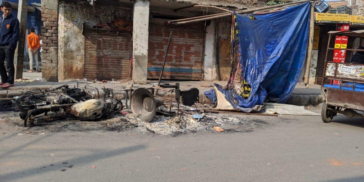 گھونڈا میں جلائی گئیں دکانیں اور گاڑیاں ، فوٹو: دی وائر