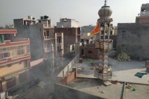مسجد کے مینار پر ہنومان کا جھنڈا لگایا گیا، فوٹو: دی وائر