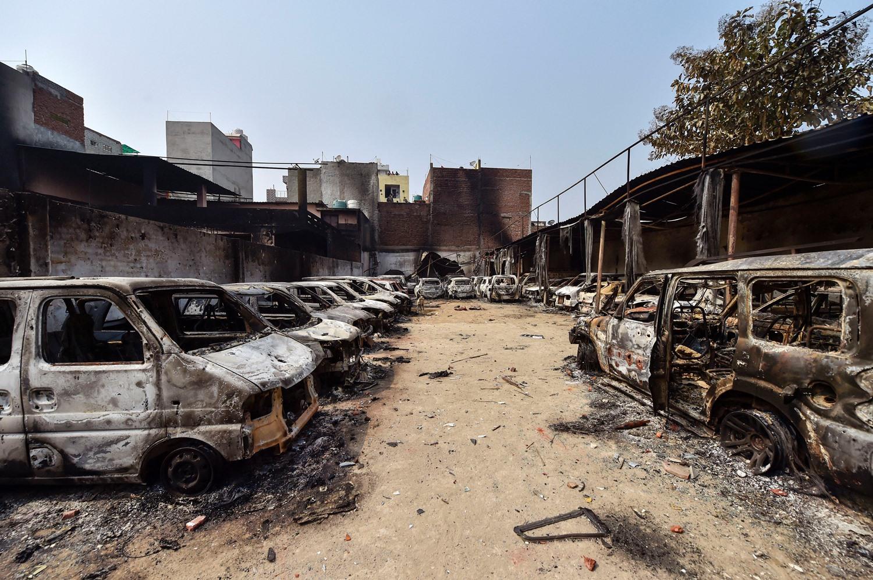 شمال مشرقی دہلی کے شیو وہار علاقے میں شرپسندوں کے ذریعے جلائی گئیں گاڑیاں۔ (فوٹو : پی ٹی آئی)