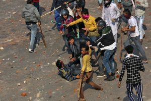 24 فروری 2020 کو شمال مشرقی دہلی میں شرپسند۔ (فوٹو : رائٹرس)