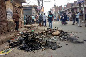 مصطفیٰ آباد میں تشدد کے دوران جلائی گئی گاڑی(فوٹو : پی ٹی آئی)