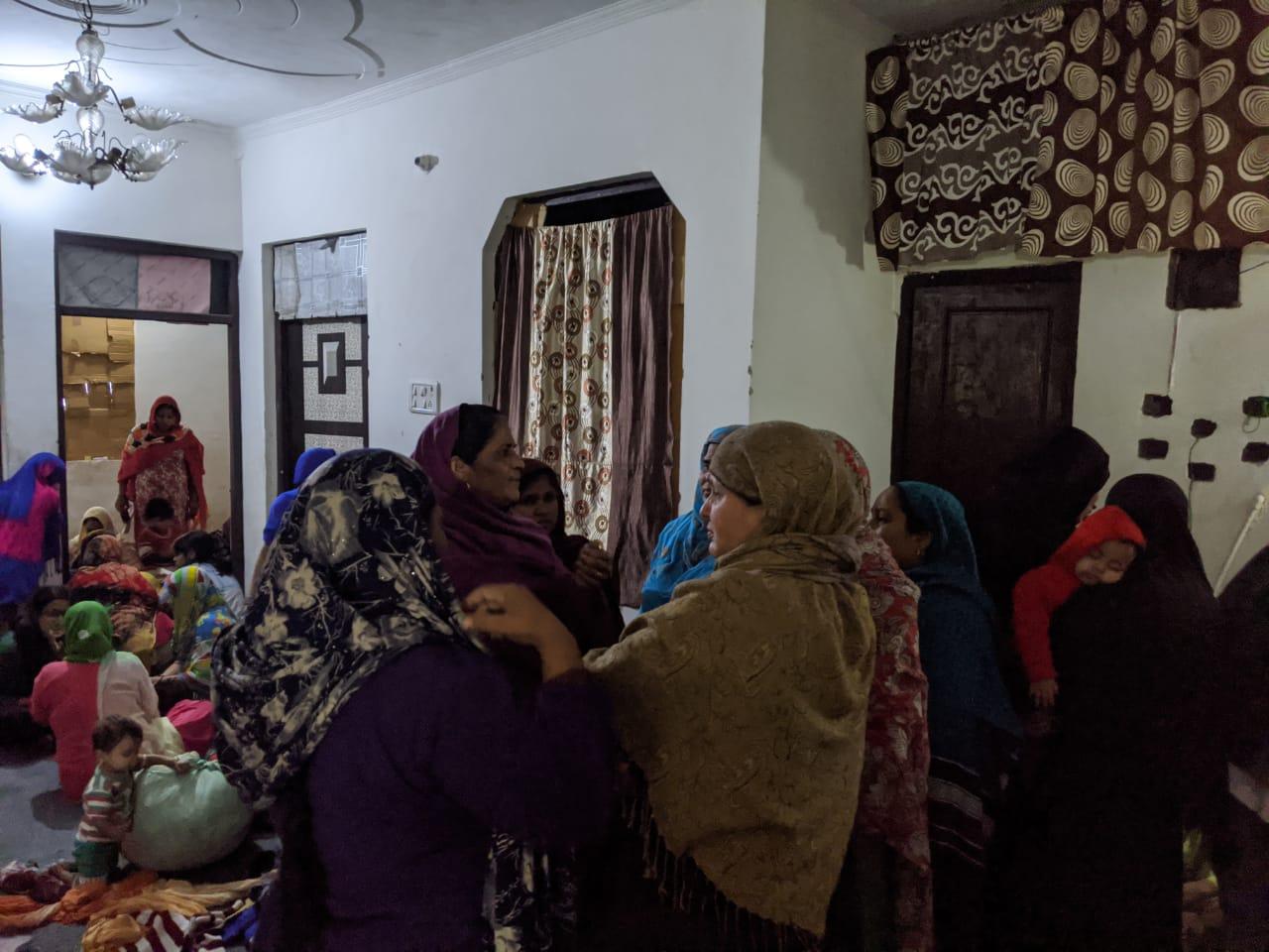 شیو وہار سے ہجرت کرکے آئی خواتین(فوٹو : دی وائر)