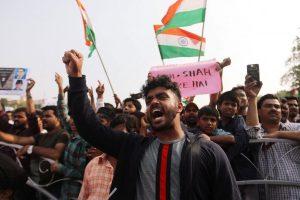 ممبئی میں سی اے اے کی مخالفت کرتے لوگ/ فوٹو: رائٹرس