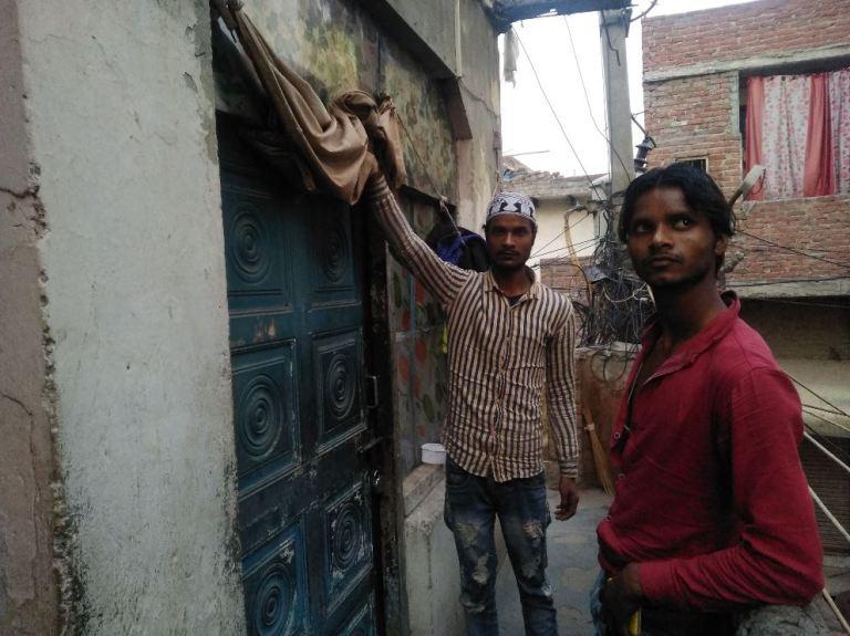 اپنا کمرہ دکھاتے جمیل کے بھائی سلیم۔ (فوٹو : دی وائر)