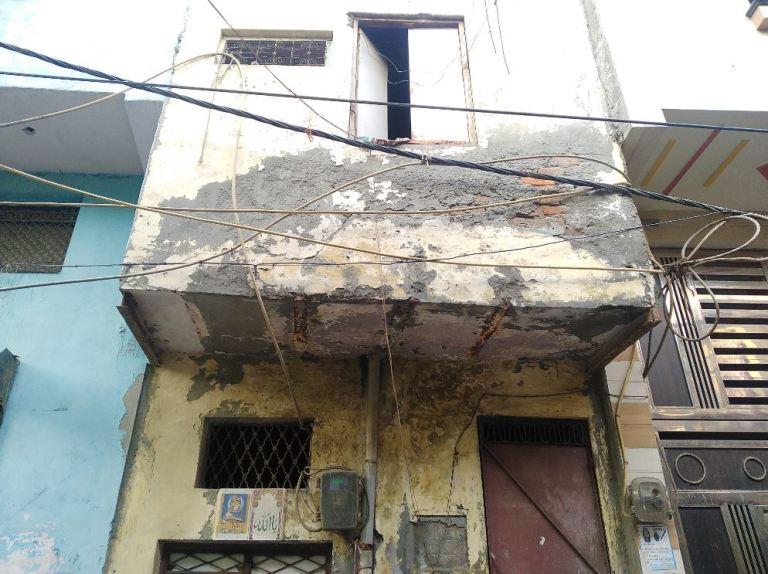 بیچ والے گھر میں عارف اپنی بیوی،دو بچےاور حمزہ کے ساتھ رہتے تھے۔(فوٹو: دی وائر)