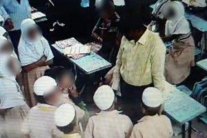 شاہین اسکول میں بچوں سے پوچھ تاچھ کرتی پولیس (فوٹو : ویڈیو گریب)