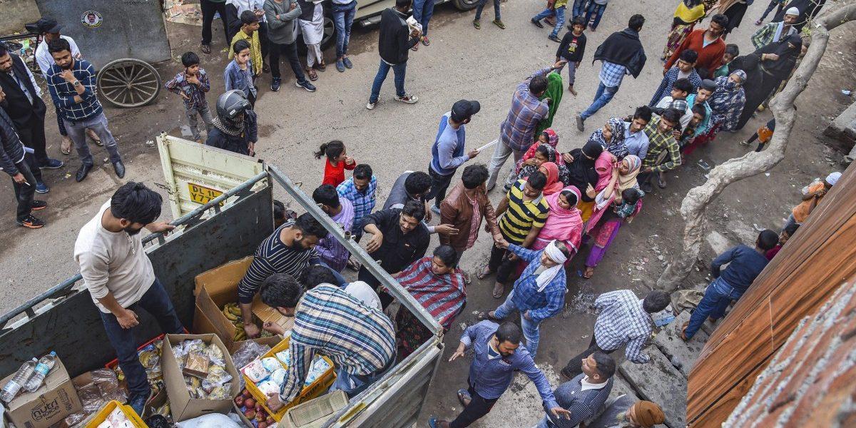متاثرہ علاقوں میں امدادی سامان تقسیم کرتےشہری گروپس۔ (فوٹو : پی ٹی آئی)