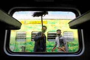 کورونا وائرس کے مدنظر سوموار کو جموں ریلوے اسٹیشن پر کھڑی جموں دہلی راجدھانی ایکسپریس کی صفائی کرتے ملازم(فوٹو : پی ٹی آئی)