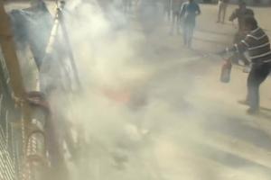 پٹرول بم سے لگی آگ بجھانے کی کوشش کرتا ایک شخص (فوٹو: اے این آئی)
