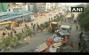 شاہین باغ مظاہرے کی جگہ خالی کراتی دہلی پولیس/فوٹو: اے این آئی/ویڈیو گریب