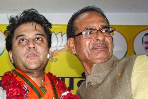 مدھیہ پردیش کے وزیراعلیٰ شیوراج سنگھ چوہان اور بی جے پی رہنما جیوترادتیہ سندھیا (فوٹو : پی ٹی آئی)