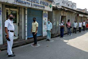 لاک ڈاؤن کے دوران کولکاتہ میں دوا خریدنے کے لیے لائن میں لگے لوگ/فوٹو: رائٹرس