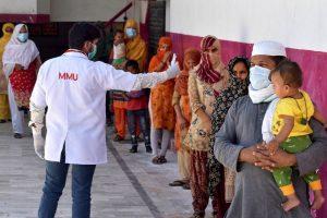 الہ آباد میں جماعت میں شامل ہوئے لوگوں کی جانچ کرتے میڈیکل پیشہ ور(فوٹو: پی ٹی آئی)