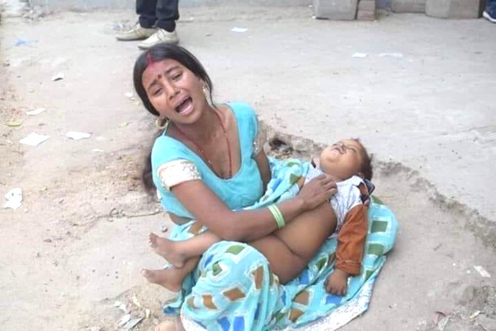 بچے کی لاش کے ساتھ ماں(فوٹو بہ شکریہ: ٹوئٹر)