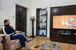 رامائن دیکھتےمرکزی وزیر پرکاش جاویڈکر۔ (فوٹو: سوشل میڈیا)