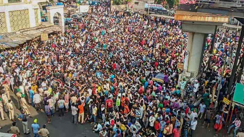 ممبئی کے باندرہ واقع بس ڈپو پر منگل کو جمع مزدور۔ (فوٹو: پی ٹی آئی)