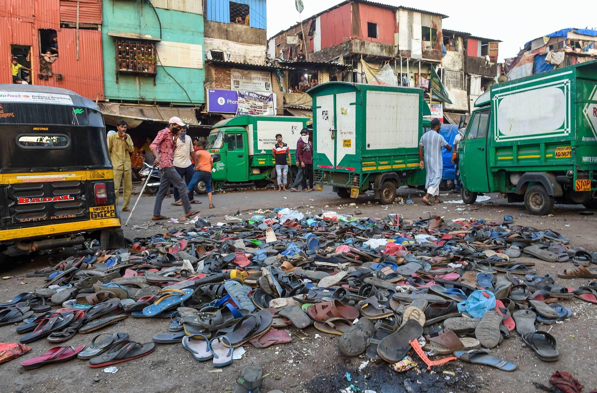 ممبئی کے باندرہ ریلوے اسٹیشن کے باہر منگل کوجمع بھیڑ کو پولیس کے ذریعے منتشر کئے جانے کے بعد وہاں لوگوں کی چپلیں۔ (فوٹو: پی ٹی آئی)