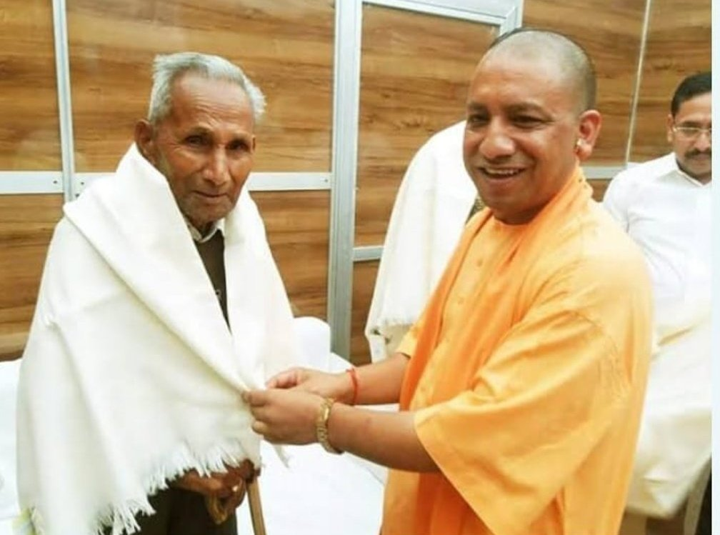 اتر پردیش کے وزیر اعلیٰ یوگی آدتیہ ناتھ اپنے والد آنند سنگھ بشٹ کے ساتھ(فوٹوبہ شکریہ: ٹوئٹر)