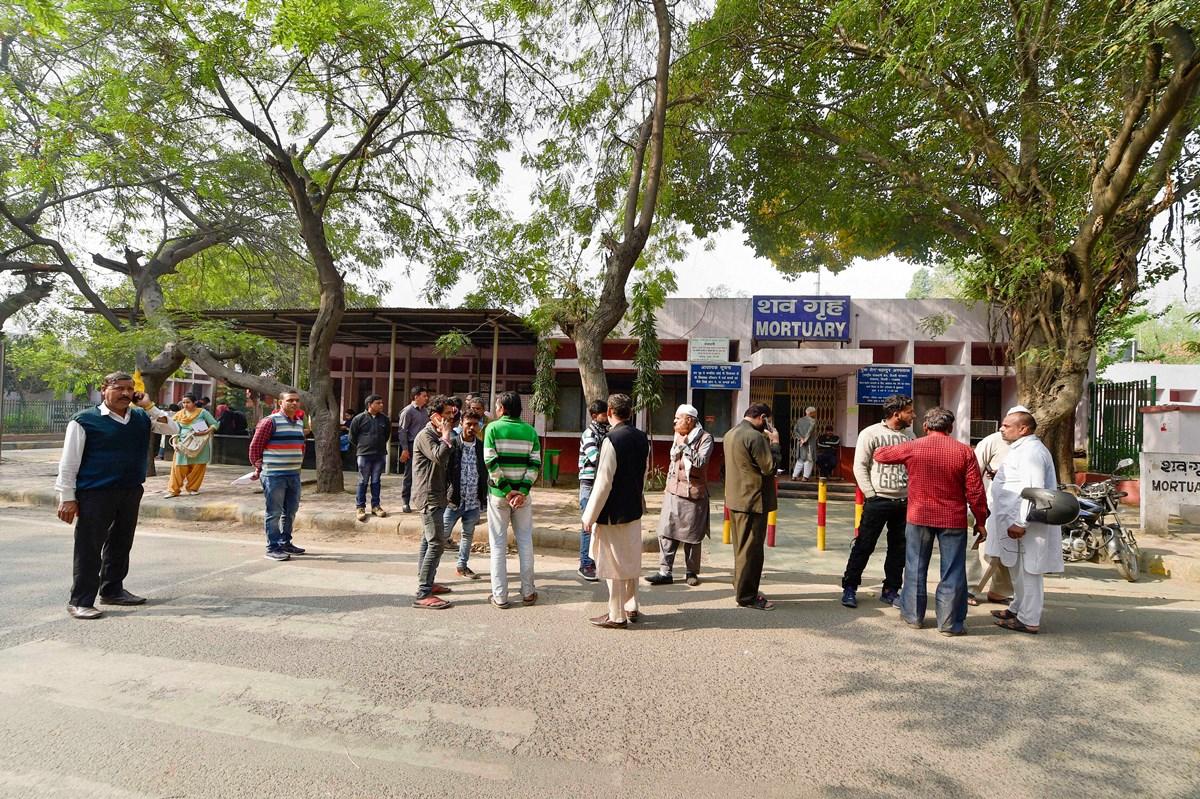 دہلی کے جی ٹی بی ہاسپٹل کی مورچری کے باہر تشدد میں مارے گئے لوگوں کے اہل خانہ۔ (فوٹو: پی ٹی آئی)