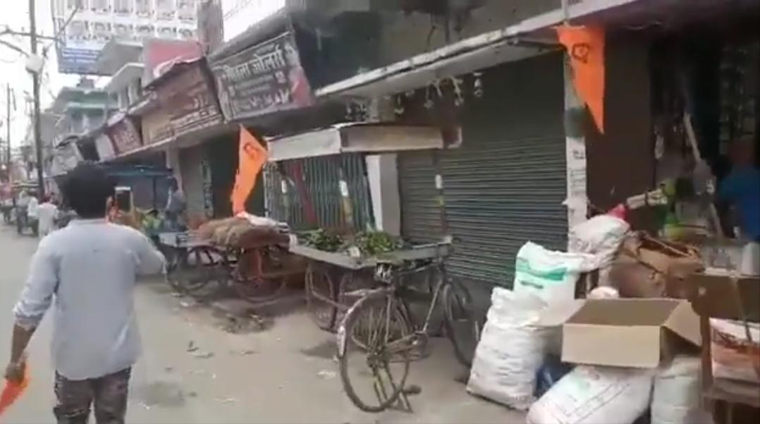 بہار کے نالندہ ضلع کے بہار شریف میں دکانوں پر لگائے گئے بھگوا جھنڈے، جس کو بعد میں انتظامیہ نے اتروا دیا۔ (فوٹو: ویڈیو گریب)
