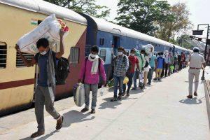 جئے پور سے شرمک اسپیشل ٹرین سے پٹنہ کے داناپور جنکشن پرسنیچر کو پہنچے مہاجر(فوٹو: پی ٹی آئی)