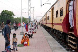 لاک ڈاؤن کے دوران اسپیشل ٹرین سے ناسک پہنچنے کے بعد اپنی جانچ کے لیے انتظار کرتے ہوئے لوگ (فوٹو: پی ٹی آئی)